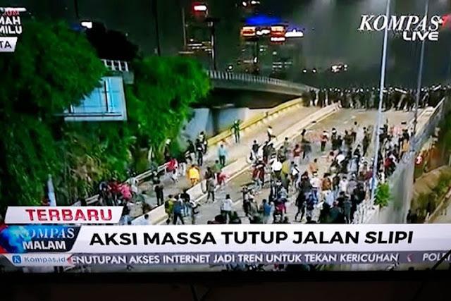 Perempatan Slipi Pecah, Mahasiswa Pukul Mundur Polisi