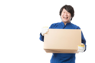 荷物を運ぶ用務員のイメージ画像を表示しています。