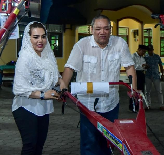 Politisi Gerindra Bagikan Traktor Pada Petani Lombok