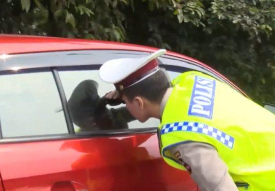 VIDEO Bercinta di Pinggir Jalan Tol Cikampek, Sepasang Mahasiswa Digrebek Polisi