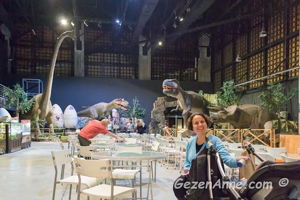 bebeğimle etkinlik alanındaki cafede soluklanırken, Jurassic Land