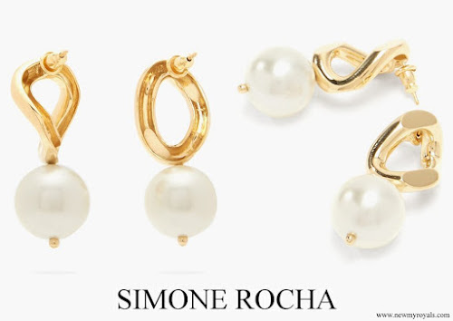 Kate Middleton wore SIMONE ROCHA Faux-pearl curb-chain earrings