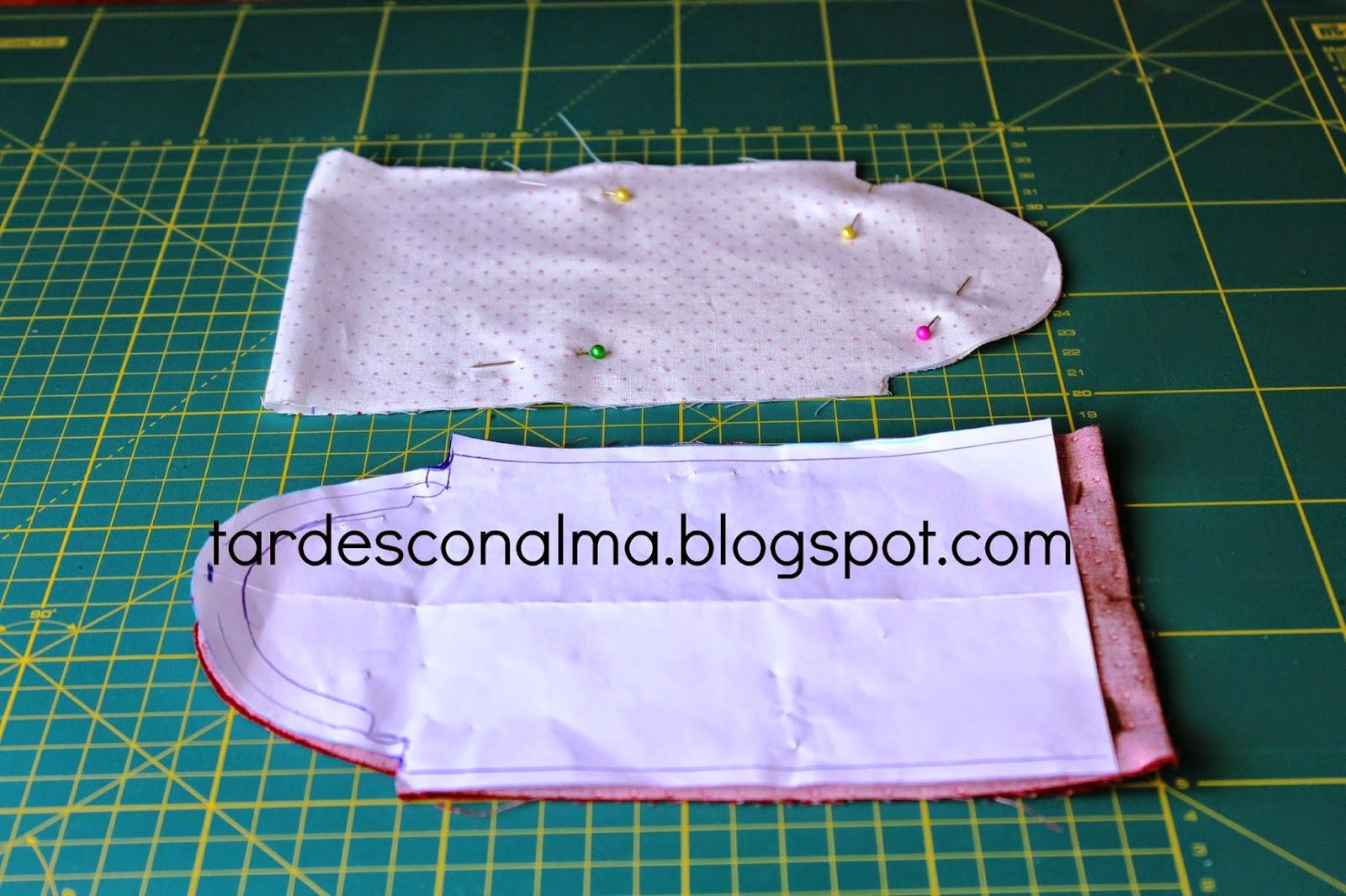 Colocamos el patrón el la doblez de la tela y cortamos.