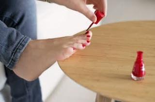 الخطوات السهلة لعمل باديكير في المنزل