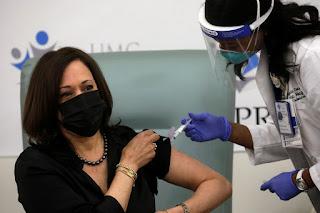 Kamala Harris  dá exemplo ao se vacinar contra Covid-19