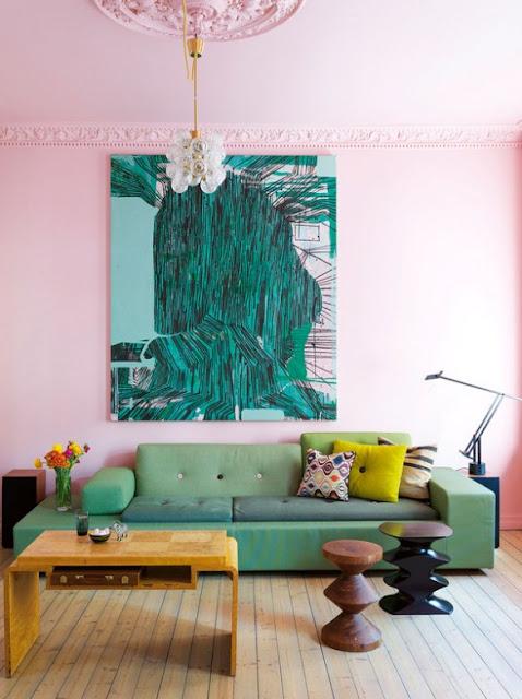 Rosa und Grün im Wohnzimmer – ein spannender Farbkontrast der Einrichtung, der trotzdem nicht mädchenhaft wirkt