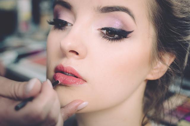 Jak makijażem zmienić kształt ust?