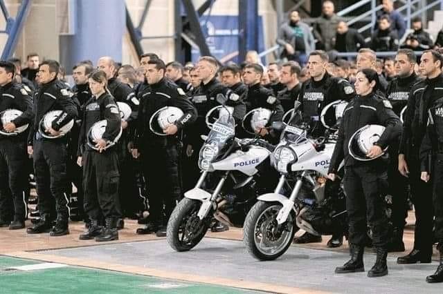 Με χειροπέδες η προσαγωγή των αστυνομικών: Όταν χάνεται το μέτρο!!!