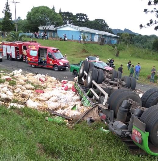 Guarapuava: Motorista de caminhão morre prensado em carga de batatas na BR 277