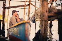 ensaio pré-wedding de um casal cujo noivo é pescador por hobbie e o cenário escolhido foi onde ficam os barcos de pescadores no litoral gaúcho com aspecto rústico e áspero típico da região com fernanda dutra wedding planner cerimonialista em porto alegre