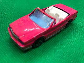 キャデラック アランテ のおんぼろミニカーを斜め前から撮影