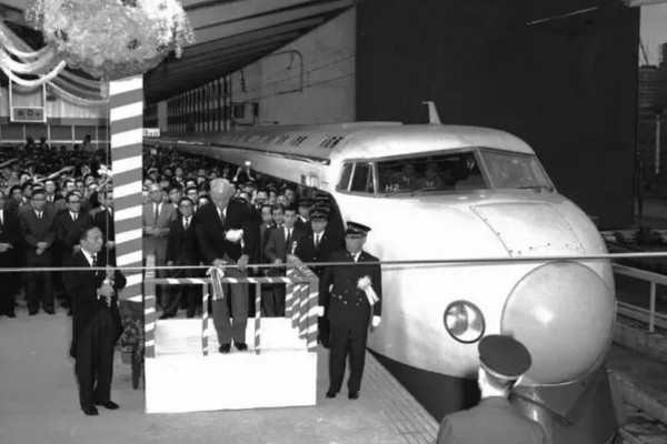 Bullet-train-first-starting-in-Japan