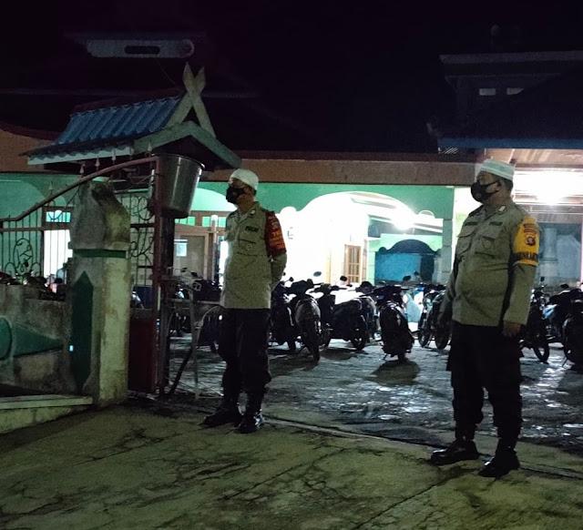 Berikan Rasa Aman, Personel Polsek Sematu Jaya Lakukan Pam Salat Tarawih di Mesjid Miftahul Huda Desa Jangkar Prima