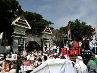Ribuan Massa Aksi Damai Mendatangi Kantor Gubernur Sulsel
