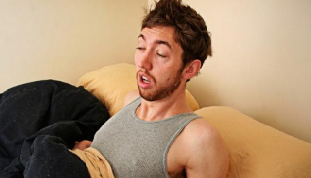 Inilah Alasan Mengapa Seseorang Bisa Mengigau Saat Tidur