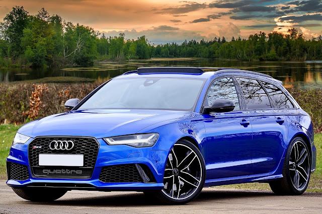 سيارة أودي بلون أزرق