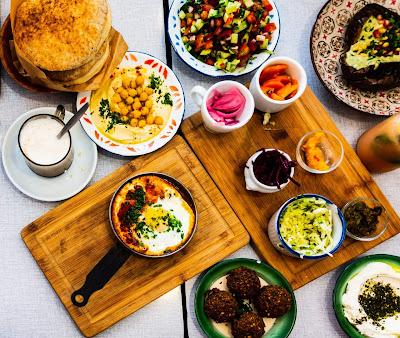 Naczynia i deski z jedzeniem
