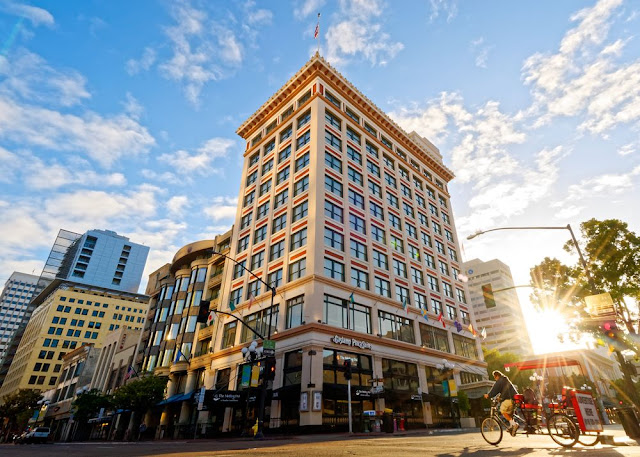 Located in the heart of the historic Gaslamp Quarter, Gaslamp Plaza Suites San Diego is surrounded by shopping, theater and art galleries.