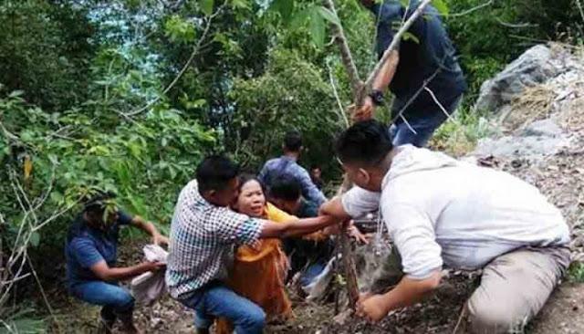 Warga mengevakuasi para korban yang masuk ke jurang.