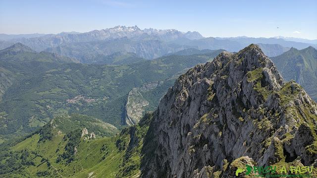 Vista hacia los Picos de Europa desde el Tiatordos