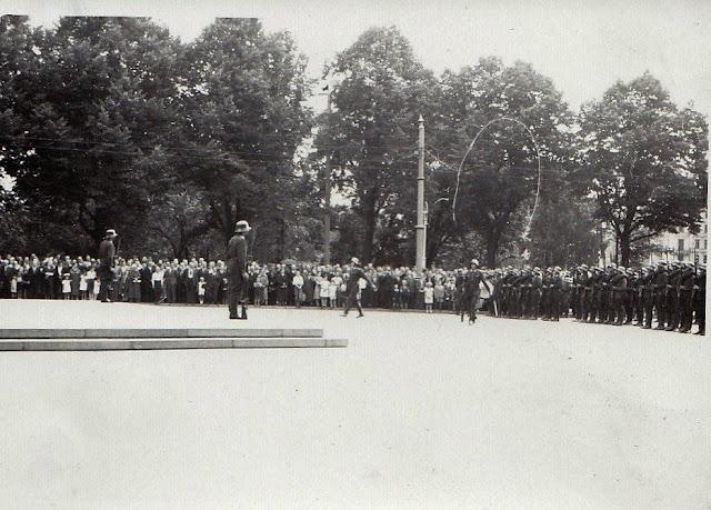 Весна-лето 1940 года. Рига. На площади возле монумента Свободы