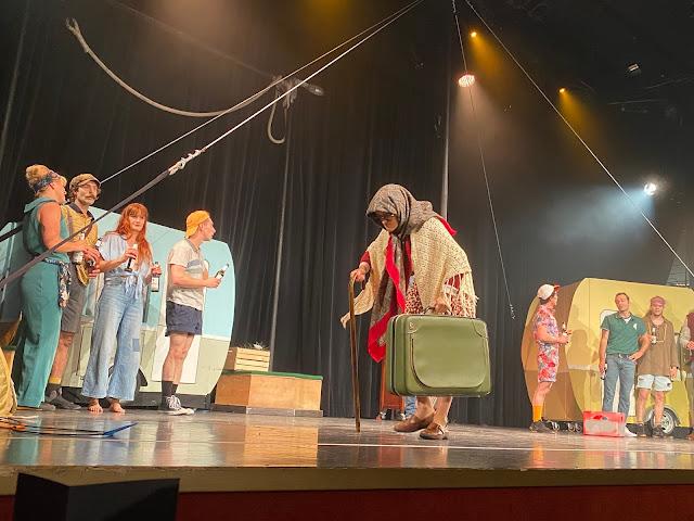 Künstler der Show Camping auf der Bühne
