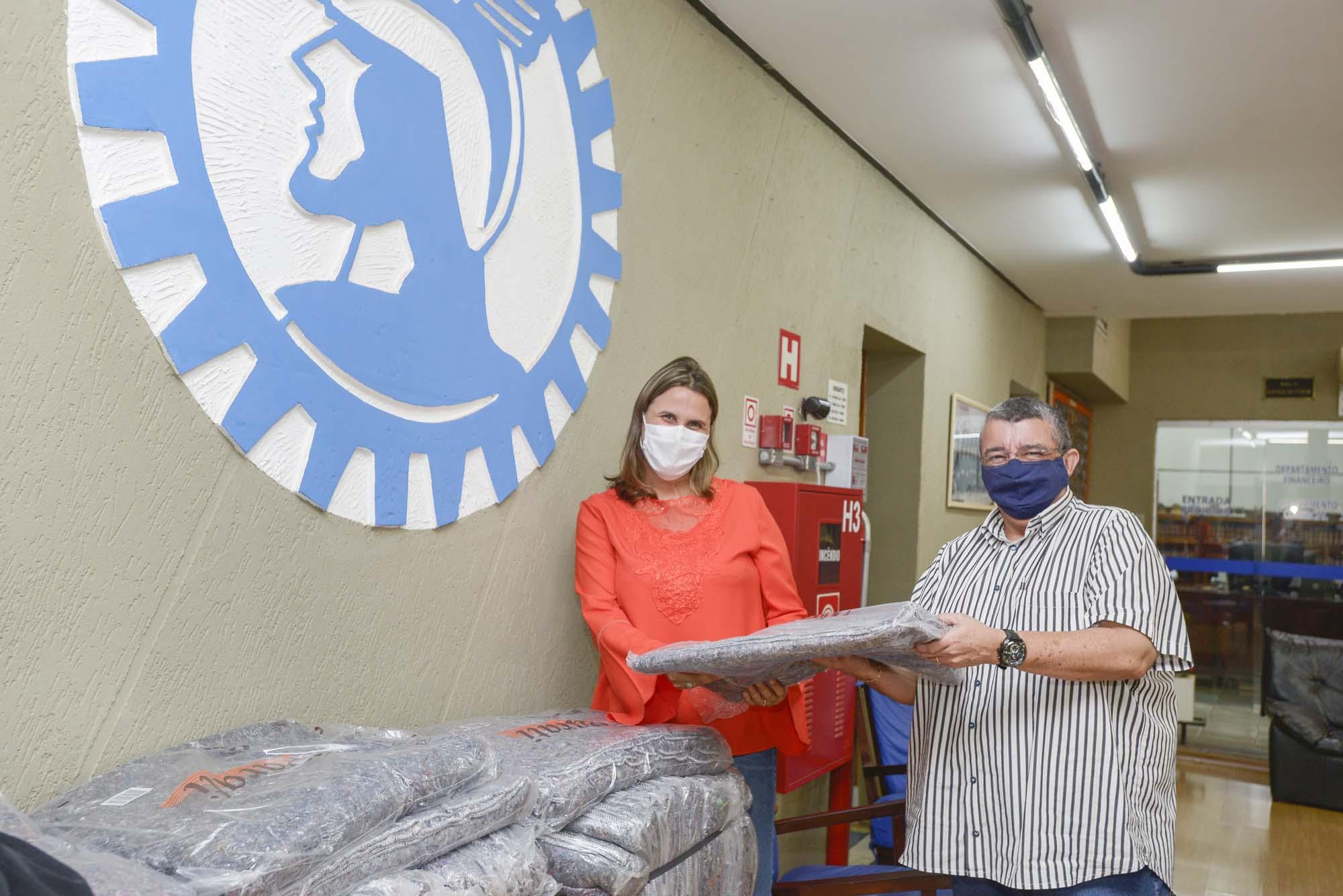 Fundo Social de Barretos entrega cobertores a pessoas carentes