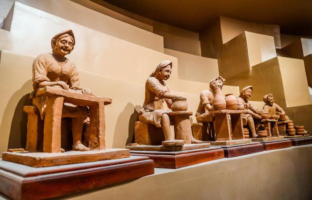 Các pho tượng trưng bày dưới tầng hầm của công trình bảo tàng gốm Bát Tràng