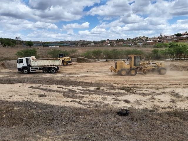 A Prefeitura Municipal de Arara iniciou as obras de terraplanagem para a construção do novo campo de futebol.