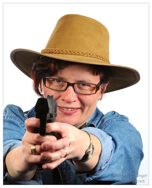 Gøy på fotoshoot med Linda :-)  Med litt foto rekvesita kan det se skummelt ut men helt ufarlig :-)