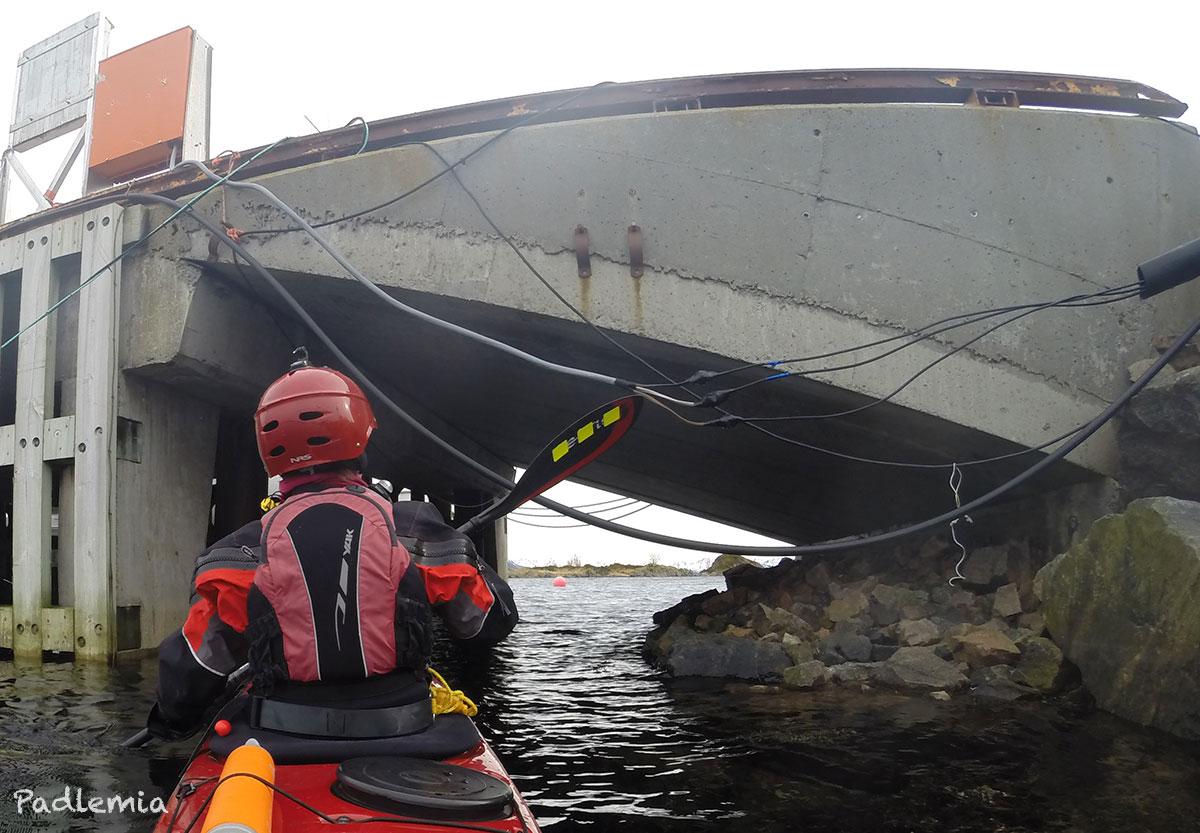 70672204 ... kuling innpå fjorden da jeg startet. Jeg satte ut fra Straumsnes, og  bestemte meg for å padle utover sånn at jeg kunne padle medvind hjemover.