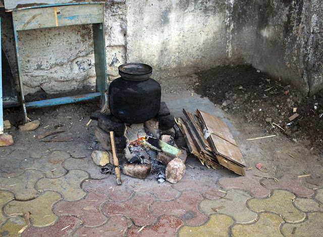 warm corner, worli koliwada, mumbai, hearth, india, street, street photo, street photography,