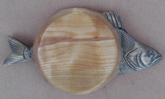 подарок рыбаку - резная тарелка из дерева для вторых рыбных блюд