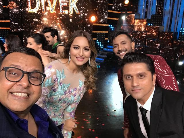 Mr. Vijay Jain with the judges Sonakshi Sinha, Terence Lewis and Mohit Suri