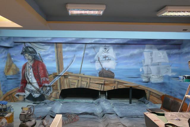 Malowanie obrazu na ścianie w kręgielni, motyw piratów w malarstwie