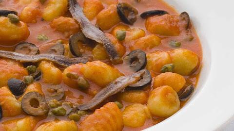 Gnocchi con olive e acciughe