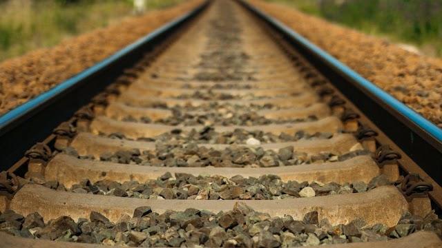 Apagyon, fékezés nélkül hajtott be egy vasúti átjáróba