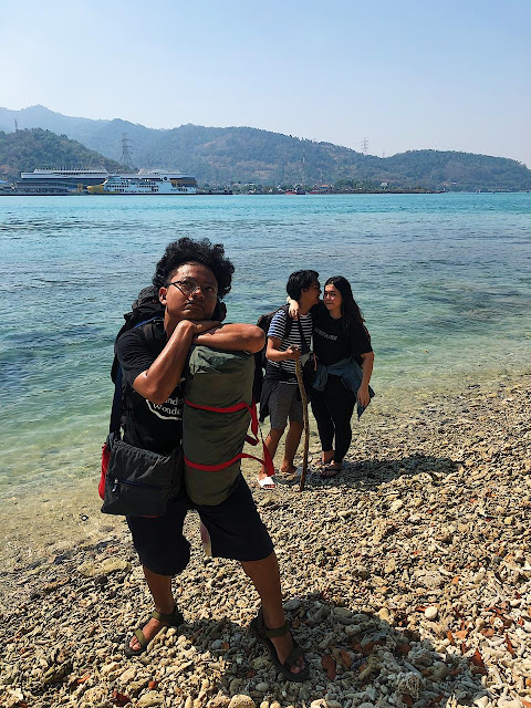 foto saya membelakangi dua teman saya (Kicay dan Sarah) di pantai pulau Merak Besar.