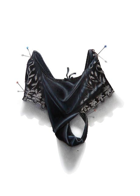 String noir avec de larges dentelles sur les côtés proposé par Olya