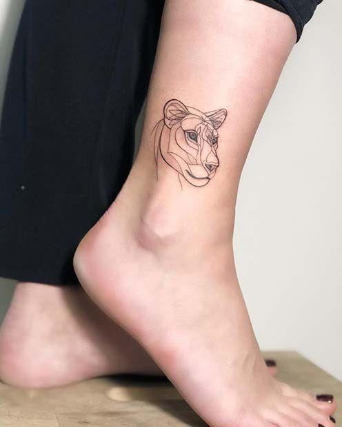 Tatuaje de león para mujer en el tobillo