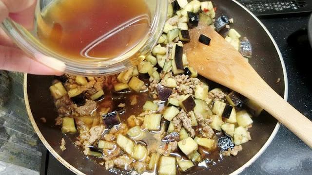 麻婆茄子の調味料をひき肉となすに加える