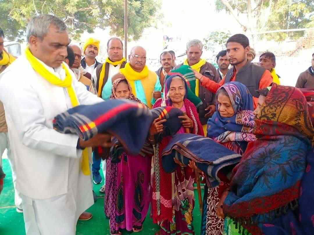 Omprakash%2BRajbhar%2Bjangipur माननीय ओमप्रकाश राजभर ने गरीब , असहायों को कम्बल वितरण किया।