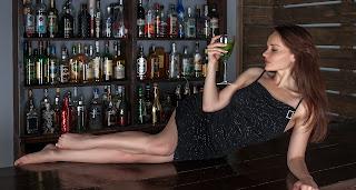 Ilustrasi Lady Companion di Karaoke & Bar oleh AllClear55 dari pixabay.com