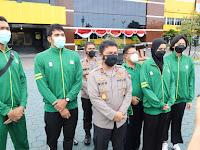 Kapolda Jatim selaku ketua umum pengurus provinsi PBVSI Jatim melepas Kontingen Voli PON XX 2021 Papua