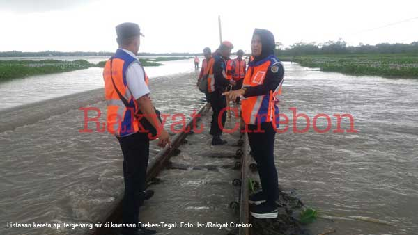 rel kereta lintas brebes dan tegal terendam banjir sepanjang 200 meter