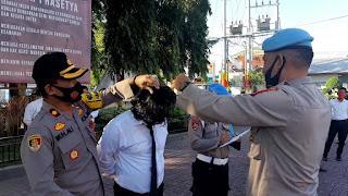Kapolres Bantaeng bersama Kasi Propam Periksa Sikap Tampang dan Kelengkapan Personil