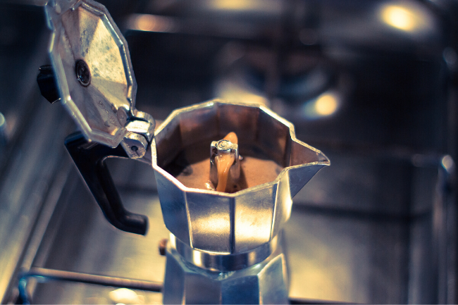 Cafeteira italiana moka com café no em um fogão