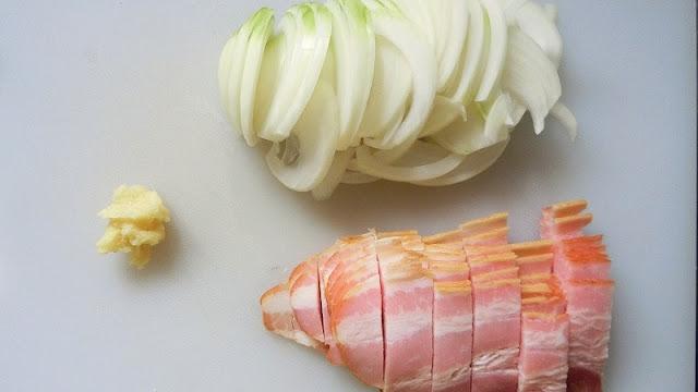 玉ねぎ、ベーコンは刻み、にんにくはすりおろす