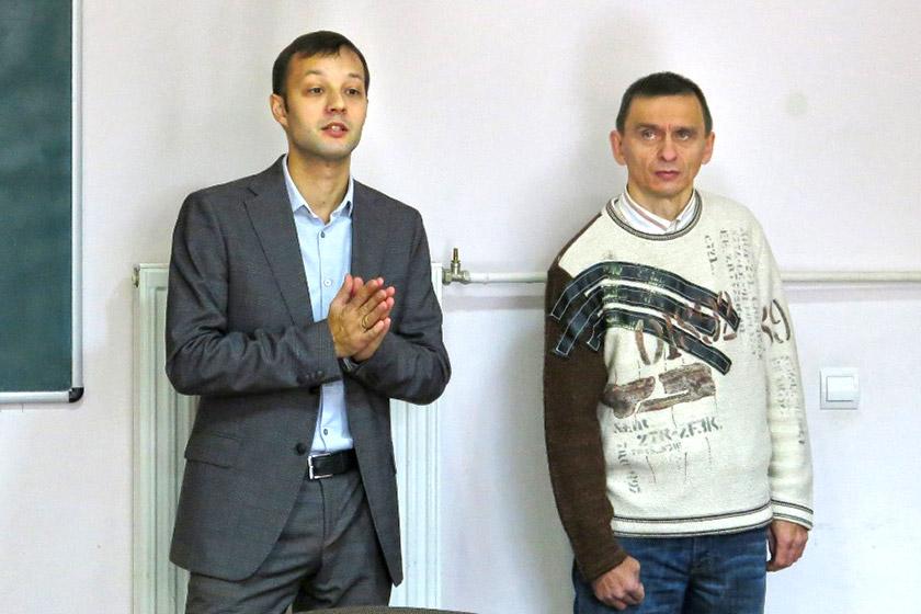 Заступник декана факультету журналістики Ярослав Табінський знайомить відвідувачів виставки з Сергієм Лесівим