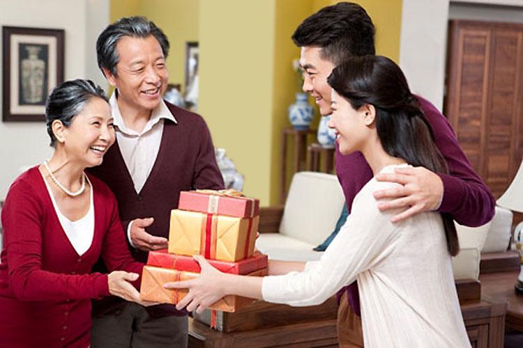 Nên tặng quà tết gì cho bố mẹ chồng?